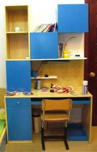 Bàn ghế học sinh liền giá sách giải pháp cho nhà chật