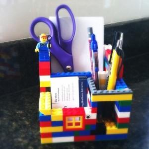 Hộp bút bằng những khối xếp hình cũng thật ngộ nghĩnh và dễ làm.