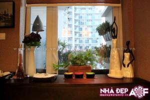 Khu vực bệ cửa sổ bàn ăn được đặt nhiều đồ vật trang trí