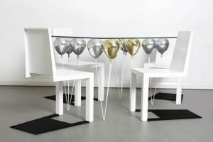 Thiết kế bàn độc đáo với phần chân là những quả bóng bay