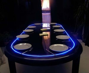 Hệ thống đèn chạy quanh mặt bàn độc đáo