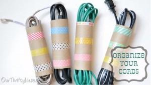 Tự tạo đồ lưu trữ dây điện bằng lõi giấy vệ sinh.