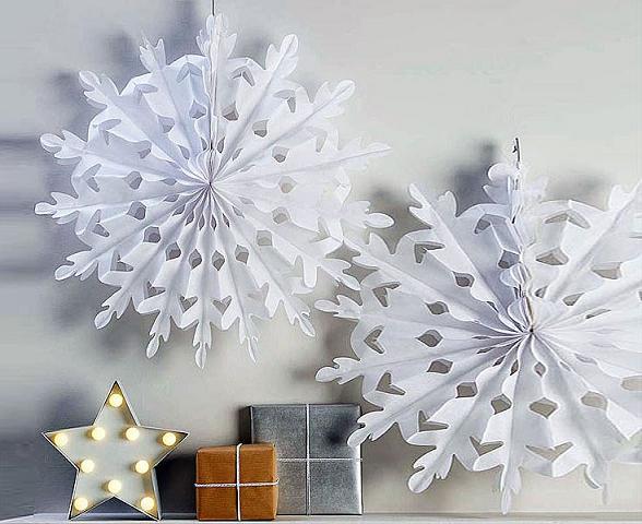 Dùng những bông tuyết bằng giấy có kích thước lớn cho một kiểu thiết kế giáng sinh tối giản