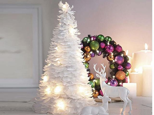Cây thông làm từ lông vũ trắng kết hợp với đèn là một cải tiến mới mẻ